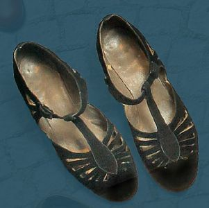 Women's sandals that are fastened with a strap that fits around the ankle. Second quarter of the 20th century.