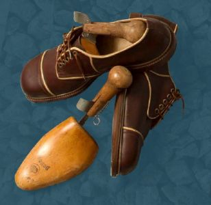 Men's laced shoes for festive occasions, pegged construction. Mid 20th century.
